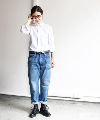 ユーズド加工が施され、履き込んでいるようにみえるこちらのデニムパンツ。ワイルドな印象のアイテムだからこそ、あえて白シャツをあわせてきちんと感を出した着こなしに仕上げて。メンズライクなブーツは重くなりがちなので、デニムの裾をロールアップして、軽やかさもプラス。