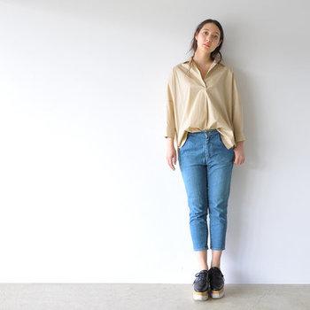 ベージュのシャツに、短め丈のクロップドパンツを合わせたコーデです。シャツの裾はフロント部分だけをインすれば、ウエスト周りが気になるという方でもスッキリ見せてくれます。パンツの丈感と、厚底シューズが好バランスですね♪