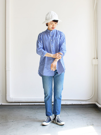 少し長めのクロップドパンツは、ストレートに履いてもロールアップしてもシンプルに着こなしやすいアイテム。ブルーのストライプシャツと白のハットを合わせて、とことん爽やかな着こなしに仕上げました。