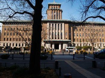 庁舎は戦火から逃れるも後の関東大震災で消失し、昭和3年に4代目の庁舎として建設されました。和と洋が見事に調和した、幾何学的な模様が独特な雰囲気を漂わせます。