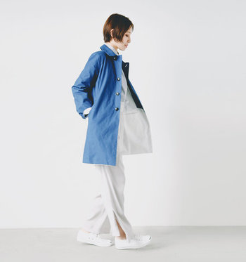 さわやかなブルーのコートを、さらりと羽織って上品な大人スタイルに。全身白のコーディネートも、シンプルなコートを合わせればすんなり馴染みます。上質な素材は大人の女性だからこそ似合うのです。