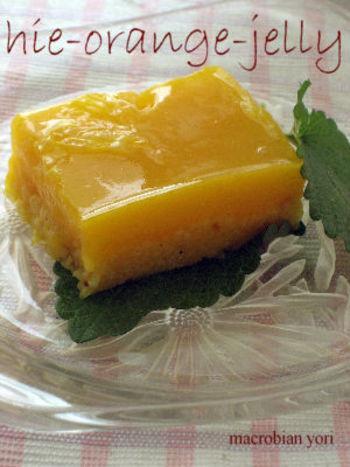 ひえをオレンジジュースで炊き、寒天と葛で固めたゼリーです。ひえの粒感とぷるんと感、2つの食感の違いを楽しめます。