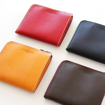 """お母さんの財布がレシートや小銭でパンパンに膨れていませんか?使い古され擦り切れてしまっていませんか?母の日を機に、すっきりコンパクトな財布に替える提案をしてみてはどうでしょうか。ちょっとしたお買い物には、必要なカード類だけを持って身軽に出かけるほうがラクですよね。財布がスマートだとお金の管理ができて、よりお金が貯まるという説も。 このレザーウォレットは""""100年続くモノコトを""""をコンセプトに掲げているブランド「ARTS&CRAFTS(アーツアンドクラフツ)」の製品。口が大きく開くので出し入れがスムーズにできます。"""
