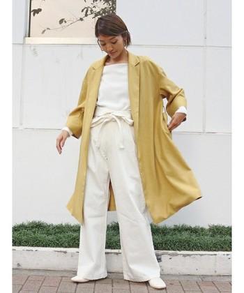 明るい気分に高めてくれる優しいイエローカラーのガウンは、ホワイトコーデにプラスすると爽やかな春夏の着こなしに仕上がります。