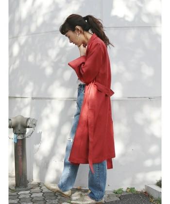 赤とデニムの相性は抜群!トレンチ風ガウンで洗練されたカジュアルコーデは、是非とも真似したい着こなしです。