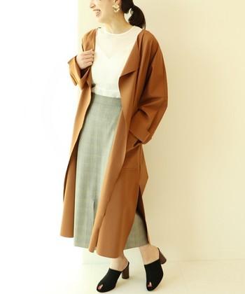 深くスリットが入ったデザイン性のあるガウンは、ロングのタイトスカートと合わせてレディライクなスタイルに。