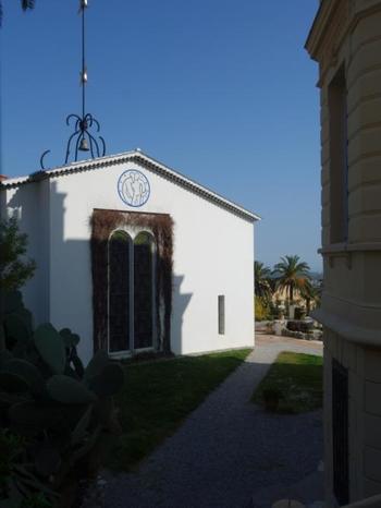 晩年のマティスが4年かけて設計したフランスのヴァンス村にあるロザリオ礼拝堂。マティスの壁画や美しいステンドグラスなど、中の装飾も全てマティスが手掛けています。