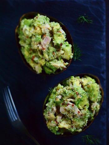 アボカドに茹でたキヌアとツナ、マスタードなどを混ぜれば簡単サラダのできあがり。アボカドの濃厚な舌触りとプチプチとしたキヌア、食感の違いが楽しいレシピです。