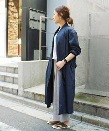 コットン100%でハリのあるガウンは、1枚羽織るだけでスタイリッシュな印象のコーデが簡単に作れます。