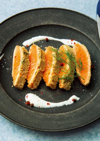 サーモンの表面にアマランサスをまぶしたステーキは、華やかな見栄えで特別な日のおもてなしにもおすすめ。ソースはわさびと生クリームの和風仕立てで上品にいただきましょう。