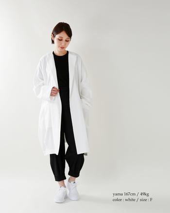 明るい真っ白なガウンで作るモノトーンコーデ。余分なデザインをそぎ落としたシンプルな着こなしがこなれた印象の着こなしに仕上がります。