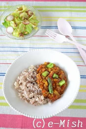 お肉と食感の似た高きびを入れたヘルシーカレーは、お野菜の旨みと雑穀のコクで満足度が高いひと皿。春は新じゃが、夏はかぼちゃ、秋はさつま芋…と旬のお野菜を使うことで1年中おいしくいただけます。小麦粉やバター、ひき肉などのカロリーが気になる方はぜひ作ってみては?