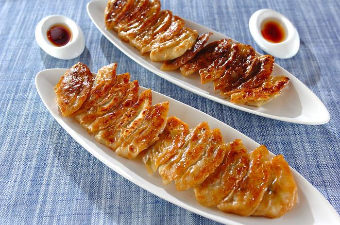 ひき肉の代わりにツナ缶を使ったツナ餃子。お肉を使っていないのに、ツナのコクで満足感いっぱい◎夕食のメインとしてはもちろん、ビールのお供にもぴったりです。