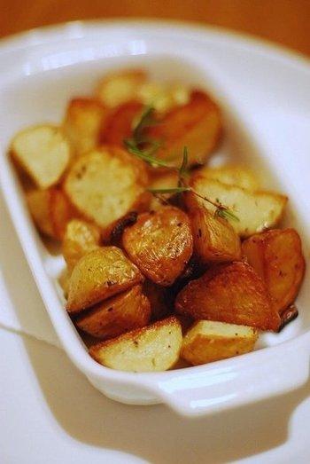 冷めても美味しいローズマリー&にんにく風味のポテト。全体に香りを絡めたあとにオーブンで焼き上げると、香ばしくほっくりとした絶妙な食感に仕上がります。