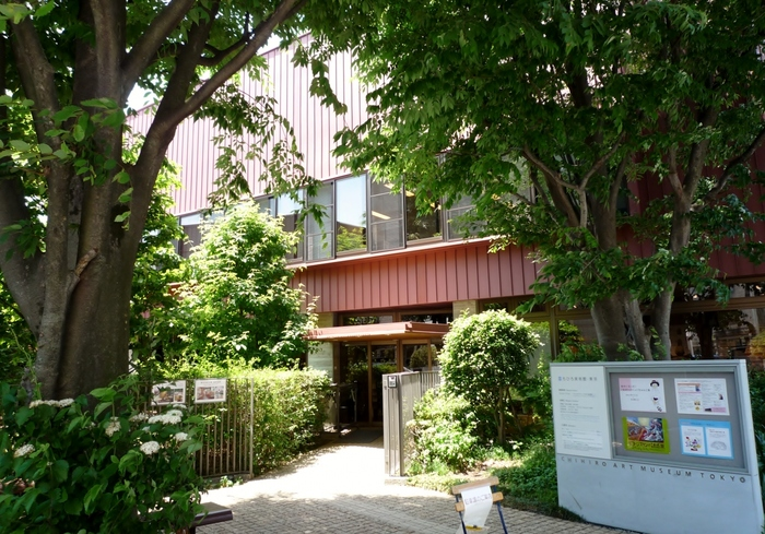 都内・東京近郊には、ただ訪れるだけで癒される独特のムードを持った美術館が多数あります。今回は、その中でも新緑の時期に訪れれば豊かで美しい風景に出会える美術館をご紹介します。ぶらっと一人ではもちろん、大切な仲間と訪れて、心潤うアートな時間を過ごしましょう。