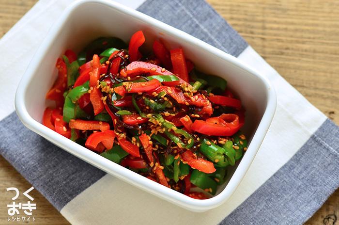 お弁当を彩り良く美味しそうに見せる基本のポイントは、赤・緑・黄の三色をバランス良く取り入れることです。こちらのごま酢和えは、これだけで赤と緑を添えてくれる優秀な副菜。ピーマンとパプリカを刻んでレンジで加熱し、調味酢と和えるだけの簡単調理も嬉しいですね。