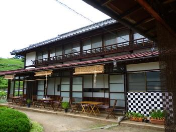 JR勝沼ぶどう郷駅から歩いて7~8分、勝沼ICから車で10分ほどのところにある「Katsunuma 縁側茶房」。大通りから細い道に入るので少しわかりづらいかも知れませんが、大きな瓦屋根が目印です。
