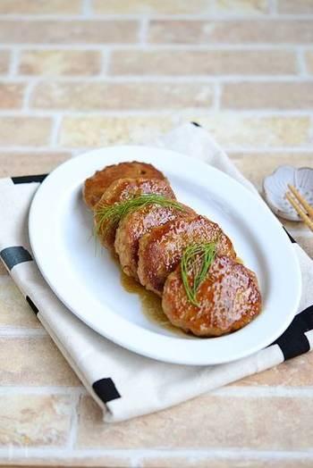 子どもたちにはハンバーグが人気ですが、同じひき肉のおかずなら、大人のお弁当にはつくねもいいですよね。こちらのレシピではお肉とれんこんが同量で、お野菜もしっかり摂れます。豚ひき肉を鶏ひき肉に変えて作ってもヘルシーで美味しいそうですよ。こちらも冷凍で2~3週間保存できます。