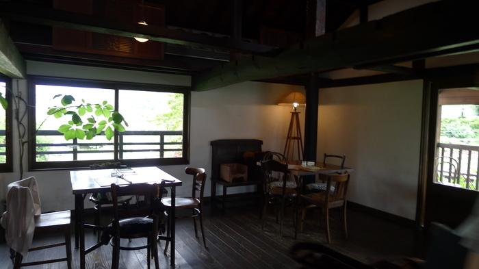 1階はワインショップで、2階がカフェ。窓の外からは一面のぶどう畑を眺めることができます。季節の移り変わりをゆったりと感じられる、静かで落ち着いた店内。