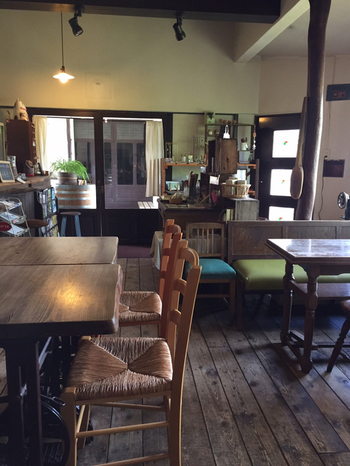 アンティーク調の店内。ダークブラウンのフローリングとテーブルがどこか日本風でもあり、初めて訪れても居心地の良い雰囲気です。