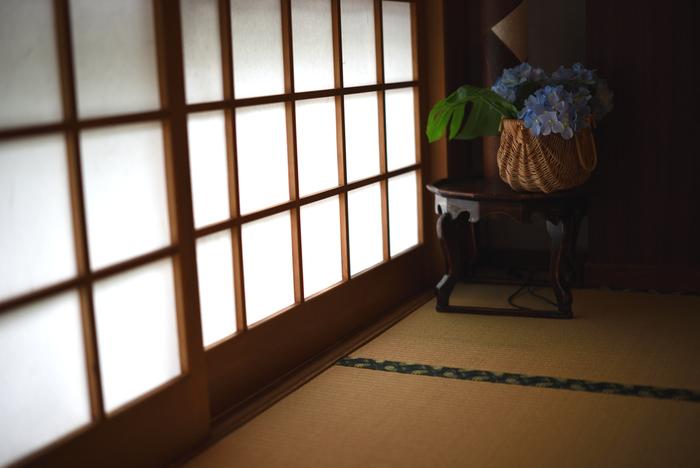 日本ならではの心地いい空間と言えば、和室ではないでしょうか? だいたいどの家にも畳のスペースがありますよね。  最近では使い方に悩むという声もある和室ですが、裸足で感じる畳の感触、い草の香り、和の雰囲気、いつでもゴロンと横になれる場所。それらは日本人だからこそ感じる心地よさとも言えます。意識して和室を楽しんでみるのもおすすめです。