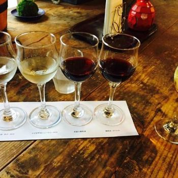 店内では、繊細な味が高く評価されている甲斐ワイナリーのワインをテイスティングすることができます。たくさん飲み比べたい方は、赤・白2種類ずつのセットがおすすめ。好みのワインに出会ったら、ショップでそのまま購入できるのもうれしいですね。