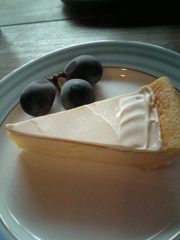 自家製チーズケーキは、甘さ控えめで上品なお味。食後のデザートやカフェタイムにいただくのも良いですが、ワインのお供にするのも通な楽しみ方。