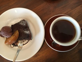 スイーツは手作り。写真のガトーショコラはずっしり濃厚で、コーヒーとの相性が抜群。スペシャリティコーヒー豆を使用した本格コーヒーをいただきながら、ゆったりとした時間を過ごしてみては?
