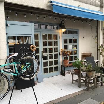 塩山駅南口から歩いて2分ほどのところにある「SALZBERG COFFEE(ザルツベルクコーヒー)」は、2016年にオープンした小さなカフェです。淡いブルーのドアがおしゃれな雰囲気。