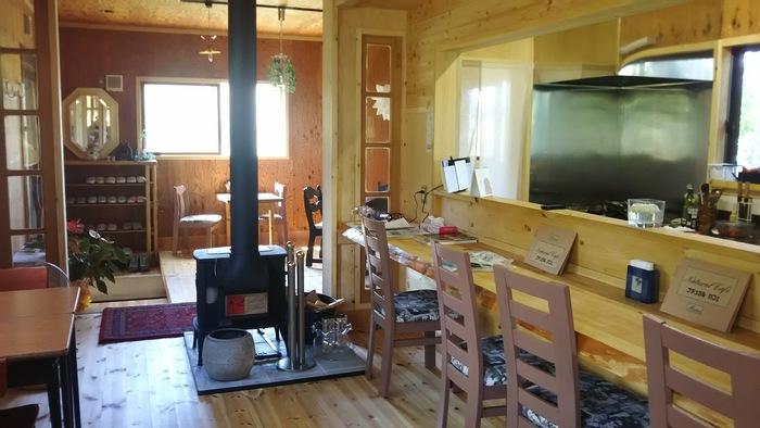 ナチュラルな木の温もりが感じる店内。テーブル12席とカウンター4席で、森の中の別荘を訪れたような雰囲気です。
