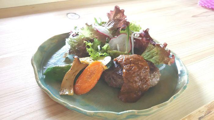 おすすめはジビエ料理。人気の鹿肉バーグは臭みがなく、とても食べやすいと評判です。貴重なジビエを気軽にいただきたいならランチタイムに訪れましょう。スープ・サラダ・旬の野菜のグリル・ライスまたはパンがセットになっていてお得ですよ。