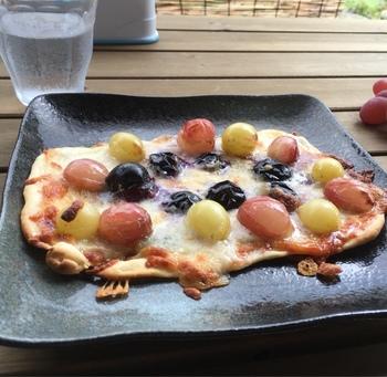 ぶどうの季節になると登場するのが「ぶどうのピザ」。その時に一番おいしい旬のぶどう3種類とピザを一緒に焼き上げています。軽く火が取ったぶどうは、甘さがより際立ってやみつきの味。
