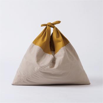 現代風のツートンカラーが素敵なこちらのバッグは、あづま袋の旧き良き伝統を活かしながら、現代的にモダンなデザインとして生まれ変わらせたAZUMAの「AZUMA BAG」。