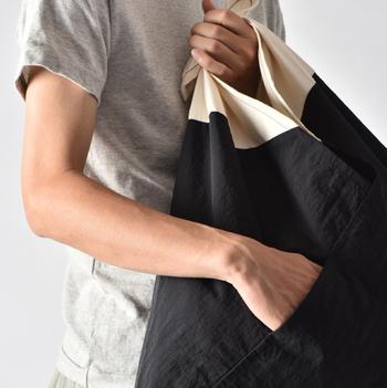 袋部分は強度のあるナイロン素材が使用されているので耐久性・撥水性に優れています。サイズは小さめのサイズと、たっぷり入って使い易い大きめのサイズの2種類。カラーバリエーションも豊富です。