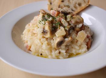 『マッシュルームとベーコンのリゾット』  リゾットは、炒めたお米をスープでことこと煮込んで作る人気のイタリア料理の一つ。こちらは、風味豊かなマッシュルームと旨みのあるベーコン、そしてコクのあるパルミジャーノで仕上げています。