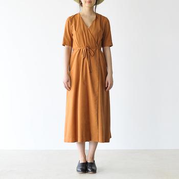 裾がフレアラインになっていたり、共布のコードベルトがついていたりと、アレンジを加えずとも女性らしく着られる一枚。こっくりとした色合いも特徴です。
