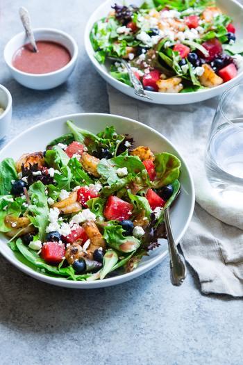 「青黄赤白黒」を意識した盛り付けは、見た目を美しくするだけでなく、美味しさにも繋がります。食材だけでなく、器も色のひとつとして取り入れながら、日々のお料理を楽しんでみてはいかがでしょうか。今よりもっと、お料理の時間が楽しくなるかもしれませんよ!