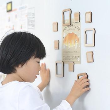 冷蔵庫やホワイトボードなどにくっつけておいても主張しすぎないシンプルな形なのに、実はトースト型なのがユーモラス。中身が抜けているので、後ろに貼り付けるものによって表情が変わります。