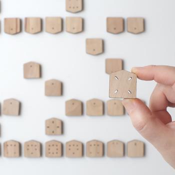 それぞれの駒の名前は書いていないですが、その代わりに動きが彫ってあるので、初心者の方でも動きがわかり、感覚的にゲームを楽しむことができます。