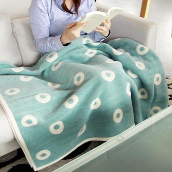 優しい色に丸い水玉のようなリング柄の、北欧らしい大判ブランドケット。サイズは、140cm×180cmの大きさで、毛布の様にも使えます。