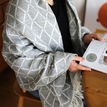 空気をたっぷりと含んだピュアニューウールを100%使用して織られていて、薄手でもふんわり暖かいのが特徴。柔らかく肌になじむので、ウールのチクチク感が苦手な方にもおすすめ。