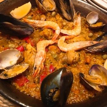 こちらは「ミックスパエージャ」。パエリアと呼ばれることが多いですが、日本でもすっかりおなじみの米料理です。魚介から出たスープをお米がたっぷり吸って、止まらない美味しさ。真っ黒な「イカスミのパエージャ」もオススメですよ。見た目と味のギャップにきっと衝撃!