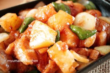 パイン缶を具材と漬けダレに使った甘辛焼き。肉や野菜を漬けて炒めるだけなので、とっても簡単。パインのジューシーな美味しさがクセになるフルーティーな味わいです♪
