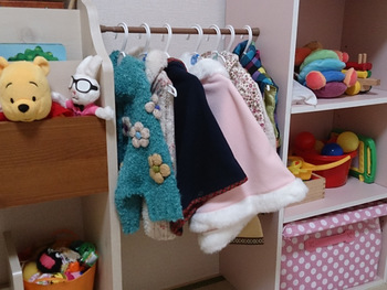 家具と家具の間につっぱり棒を設置すれば、洋服などの収納スペースが完成します。お子さま用のクローゼットとして、また自分用のバッグや帽子などを掛ける場所としても活用できます。