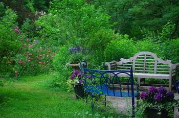 散策して楽しむのに適したイングリッシュガーデンでは、小道の途中にベンチを設置するスタイルも人気です。お庭散歩の途中でほっとひと息!腰を落ち着けてゆったりとした時間を楽しめます。 また、エレガントな雰囲気のガーデンファニチャーで楽しむアフタヌーンティーも、英国スタイルに浸れるポイントのひとつ。