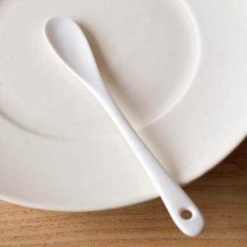 どんな食卓に置いても、シンプルにおさまり、見た目も◎のホワイトのカトラリー。こちらのジャムスプーンは、磁器製のため輪郭がやさしい丸みを帯び、滑らかな釉薬でコーティングされているので、口当たりも◎。