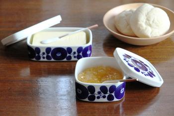 長崎県の波佐見町の陶磁器ブランド「波佐見焼」。時代とともに変化するライフスタイルに応じながらも使っていて飽きのこない、長く愛用できる陶磁器を生み出しています。そんな白山陶器の人気シリーズ、「ブルーム」のジャムケース&バターケース。