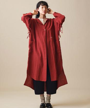着るだけでコーデの主役になってくれる、ゆったりとしたサイズ感のシャツワンピ。りんごカラーのものを選ぶことで、今年らしい雰囲気に。