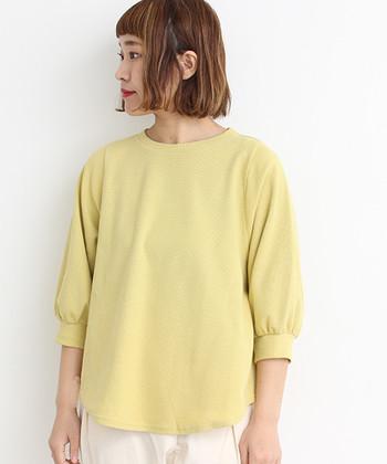 春にひとつそろえておくと便利なのが、こんなベーシックなデザインのレモンカラーのプルオーバー。どんなボトムスとの相性も良いので、着るだけでハッピーな装いが完成です。
