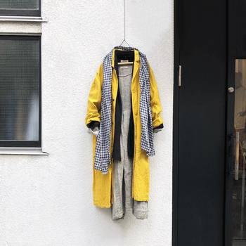 これからの季節に欠かせないアイテム・ガウンコートもレモンカラーのものなら、重くならずに軽やかに。羽織れば一瞬で春の雰囲気を纏う着こなしを作り上げてくれますよ。